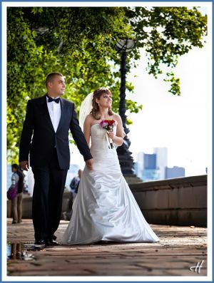39.-posing-wedding-in-park.jpg